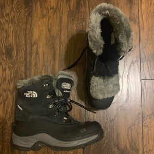WOMENS NORTHFACE WATERPROOF BOOTS